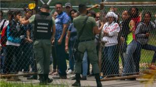 Familiares de recluidos en la Comunidad Penitenciaria Fénix permanecen en la inmediaciones de la cárcel. 18 de mayo de 2018.