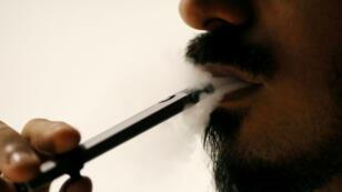 Ali Mansoor, un entusiasta del vapeo, fuma un cigarrillo electrónico en un café de Dubái, Emiratos Árabes Unidos el 22 de agosto de 2019.