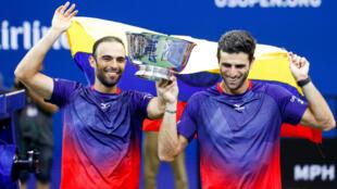 Juan Sebastián Cabal (izquierda) y Robert Farah (derecha) sostienen el trofeo que los acredita como campeones del US Open, en Nueva York, Estados Unidos, el 6 de septiembre de 2019.