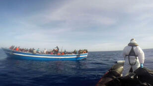 Des naufragés recueillis en Méditerranée par les gardes-côtes italiens, le 1er mai 2015.