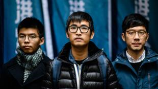 Joshua Wong, Nathan Law et Alex Chow arrivent au tribunal, mardi 6 février 2018, à Hong Kong.