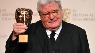 Le réalisateur britannique Alan Parker reçoit un prix lors de la cérémonie des BAFTA à Londres, le 10 février 2013