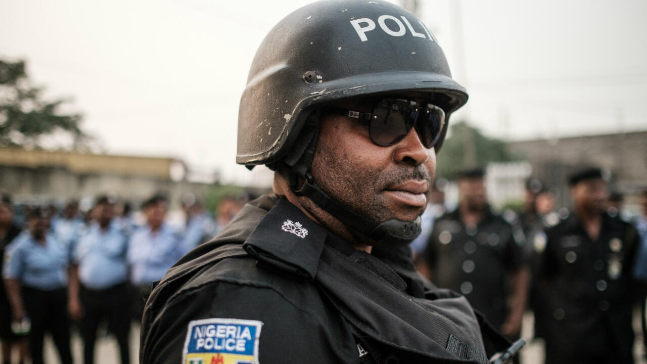 Oficiales de policía de Nigeria antes de desplegarse por los centros de votación a lo largo del país en la víspera de las elecciones presidenciales. Port Harcourt, Nigeria, el 15 de febrero de 2019.