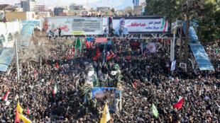 مشيعيون إيرانيون خلال جنازة الجنرال قاسم سليماني في كرمان بتاريخ 7 كانون الثاني/يناير 2020