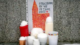 Un dibujo que representa la catedral de Estrasburgo se ve en un homenaje a las víctimas del ataque del 11 de diciembre. El 16 de diciembre de 2018.