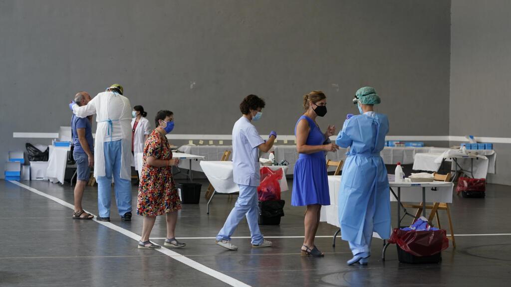 Un equipo clínico se prepara para tomar pruebas de PCR por Covid-19 a diferentes personas en Azpeitia, en el País Vasco, España, el 17 de agosto de 2020.