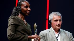 Nima Elbagir et Alex Platt reçoivent le prix de télévision Amnesty International pour leur reportage sur les ventes aux enchères d'esclaves en Libye.