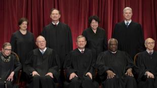 Les membres de la Cour suprême américaine. Anthony Kennedy est au premier rang, à la deuxième place en partant de la gauche.