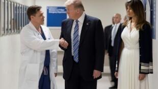 الرئيس ترامب يصافح أحد الأطباء في مستشفى في برووارد حيث وصل مع زوجته ميلانيا لتفقد جرحى إطلاق النار، الجمعة 16 شباط/فبراير 2018