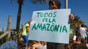 Manifestación de la organización Greenpeace, el 27 de agosto en Río de Janeiro, contra el proyecto del gobierno para favorecer la instalación de empresas privadas en la Amazonia.