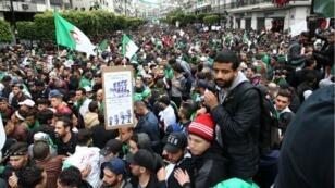 متظاهرون ومحتجون في العاصمة الجزائر يوم 19 أبريل/نيسان 2019