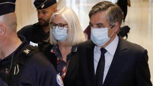 L'ancien Premier ministre François Fillon et son épouse Penelope Fillon, le 29 juin 2020 au tribunal de Paris