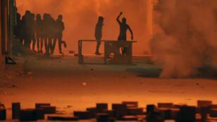 Heurts entre jeunes et policiers à Djebel Lahmer, dans la banlieue de Tunis, jeudi 10 janvier au matin.
