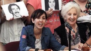 Estela de Carlotto, presidenta de la organización de derechos humanos Abuelas de Plaza de Mayo, sonríe junto a Adriana, quien fue secuestrada de su madre durante los años 1976-1983 de la dictadura argentina, en una conferencia de prensa en Buenos Aires, Argentina, el 5 de diciembre de 2017.