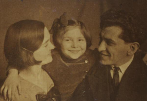 Sarah Lichtsztejn et ses parents posant chez un photographe à Paris en 1934.