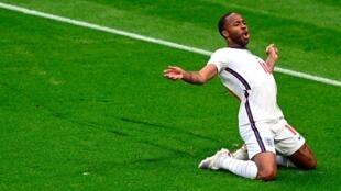 Raheem Sterling celebrando su gol frente a República Checa.