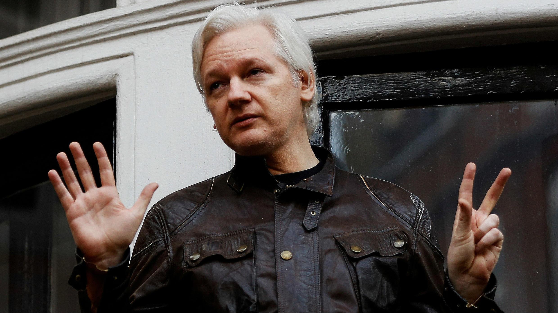 El fundador de WikiLeaks, Julian Assange, es visto en el balcón de la Embajada de Ecuador en Londres, el 19 de mayo de 2017.