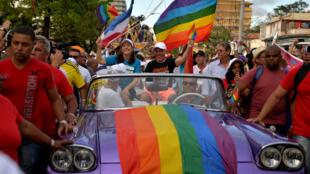 Mariela Castro, hija del expresidente Raul Castro, y el director del Centro Nacional para la Educación Sexual (CENESEX), participan en una marcha gay durante el día en contra de la homofobia y la transfobia en La Habana, Cuba, el 12 de mayo de 2018.