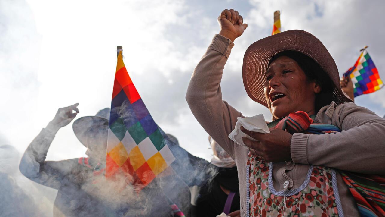 Manifestantes con banderas Wiphala hacen gestos durante los enfrentamientos entre partidarios del expresidente boliviano Evo Morales y las fuerzas de seguridad, en La Paz, Bolivia, el 15 de noviembre de 2019.
