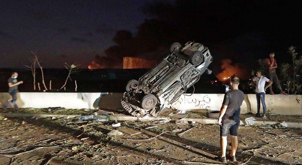 Algunos ciudadanos observan la destrucción ocasionada por una explosión masiva, en Beirut, Líbano, el 4 de agosto de 2020.