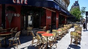 مقهى وسط العاصمة باريس عشية انهاء الاغلاق الصحي في 2020