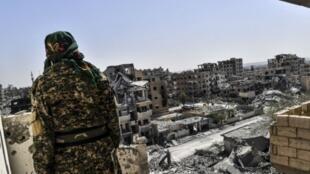 """مقاتل من """"قوات سوريا الديمقراطية"""" بالرقة في 7 أكتوبر 2017"""