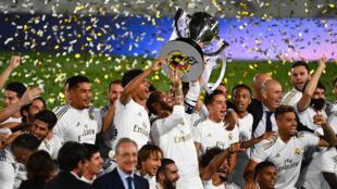Les joueurs du Real Madrid sacrés champions d'Espagne pour la 34e fois, à l'issue de leur succès contre Villarreal à Valdebebas, le 16 juillet 2020