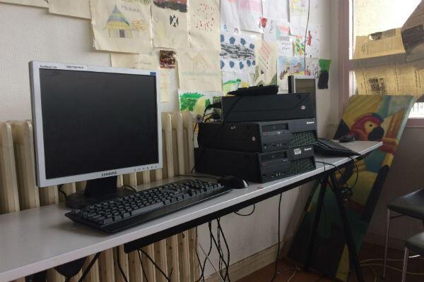 Le CHU de Boulogne-Billancourt met à disposition trois ordinateurs et une connexion Wi-Fi.