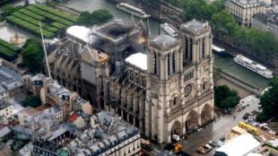 Depuis l'incendie, entre 60 et 150 ouvriers s'affairent sur le chantier de la cathédrale.