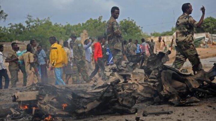جنود صوماليون في موقع التفجير الانتحاري في مقديشو قرب سفارة الامارات