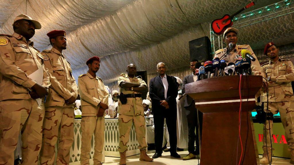 El general Mohammed Hamdan Dagalo, jefe de las Fuerzas de Apoyo Rápido (RSF) y jefe adjunto del Consejo Militar de Transición (TMC) pronuncia un discurso después de las oraciones del Ramadán, en Jartum, Sudán, el 18 de mayo de 2019.