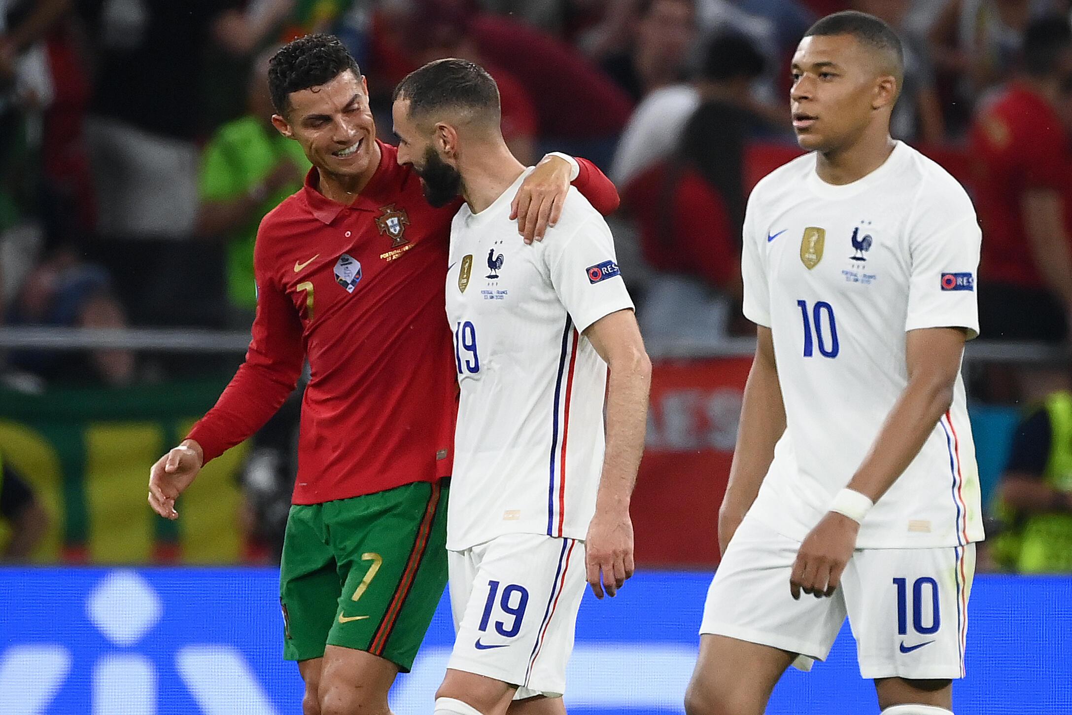 Les attaquants Cristiano Ronaldo et Karim Benzema discutent à la fin de la 1re mi-temps entre le Portugal et la France, lors de la 3e journée du groupe F à l'Euro-2021, le 23 juin 2021 à Budapest.