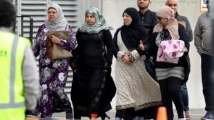 Des membres de la communauté musulmane à Christchurch, en Nouvelle-Zélande, un an après le massacre de 51 musulmans.