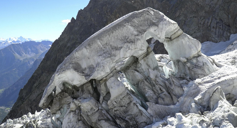 Dans la partie italienne du massif du Mont Blanc, un morceau d'un glacier des Grandes Jorasses, d'un volume de 500 000 mètres cube, menace de s'effondrer.