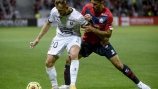 Le milieu rennais Flavien Tait marqué par le Lillois Mehmet Celik lors de la première journée de Ligue 1 à Villeneuve-d'Ascq, le 22 août 2020