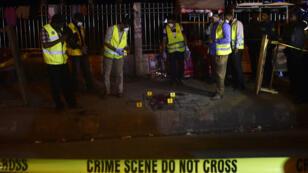Des policiers du Bangladesh effectuent des recherches, le 27 février 2015 à Dhaka, sur le lieu où a été retrouvé le corps du blogueur Avijit Roy.