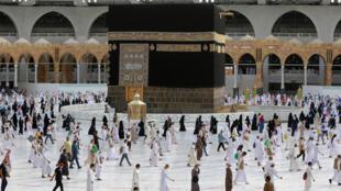 الحجاج حول الكعبة في مكة بتاريخ 2 آب/اغسطس 2020