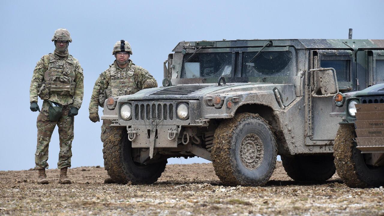 Soldats américains en patrouille sur la zone d'entraînement militaire de Grafenwoehr, dans le sud de l'Allemagne, le 4 mars 2020.