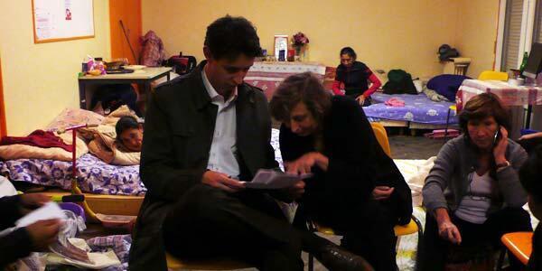 Guillaume Traynard et Hélène Clément examinent les dossiers de leurs clients, à Montreuil.