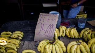 Un hombre vende plátanos en una calle de Maracaibo, Venezuela el 3 de mayo de 2018. En medio de apagones, precios disparados, escasez de alimentos, medicinas y transporte, los venezolanos irán a las elecciones el próximo 20 de mayo angustiados por sobrevivir a una de las peores crisis del país petrolero.
