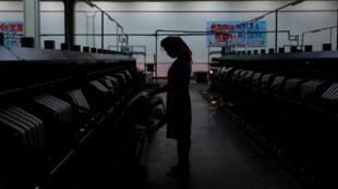 Imagen de archivo. Silueta de una empleada norcoreana en una fábrica de seda en Pyongyang, Corea del Norte, el 7 de septiembre de 2018.