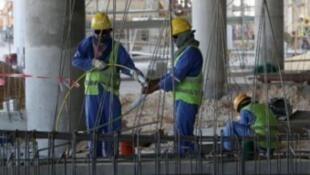 عمال في ورش بناء في قطر