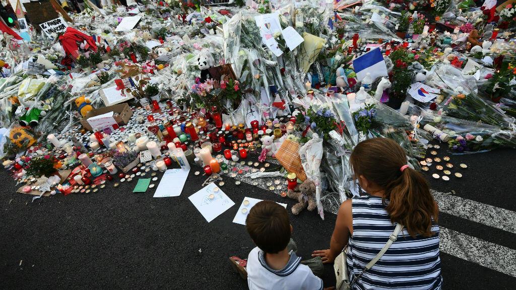 Sur la Promenade des Anglais, des passants rendent hommage aux 84 victimes de l'attentat de Nice, le 18 juillet 2016.