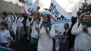 """إسرائيليات وفلسطينيات من حركة """"نساء يصنعن السلام"""" عند وصولهن إلى القدس في ختام مسيرة استمرت على مدى أسبوعين للمطالبة بالسلام 8 تشرين الأول/أكتوبر 2017"""