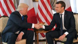 Donald Trump et Emmanuel Macron se sont serré la main avant un déjeuner de travail à l'ambassade américaine de Bruxelles, jeudi 25 mai 2017.