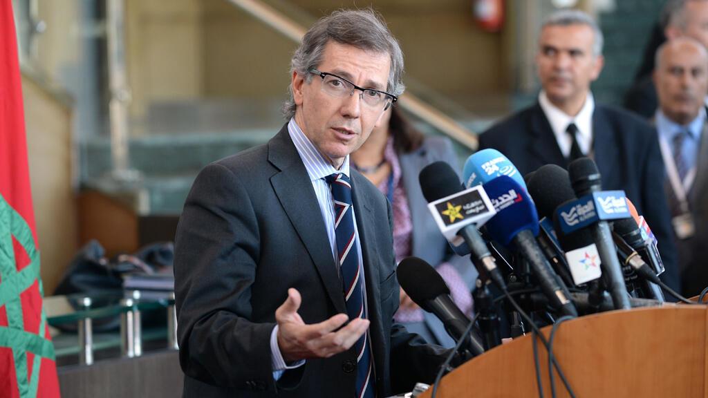 وسيط الأمم المتحدة الخاص بليبيا برنادينو ليون، خلال مؤتمر صحافي في المغرب في 15 نيسان/أبريل 2015
