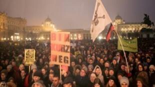 متظاهرون في فيينا ضد حكومة اليمين واليمين المتطرف في 13 كانون الثاني/يناير 2018