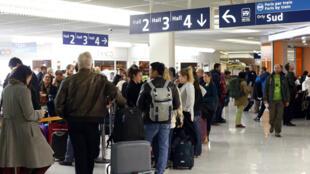 Des passagers patientent à l'aéroport d'Orly, le 8 avril 2015.