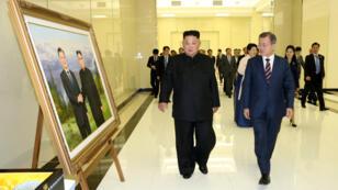El presidente surcoreano, Moon Jae-in, y el líder norcoreano, Kim Jong-un, asisten a un banquete en Pyongyang, Corea del Norte, el 18 de septiembre de 2018.