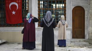 Tres mujeres rezan en la mezquita Sultán Eyup de Estambul el 17 de mayo de 2020